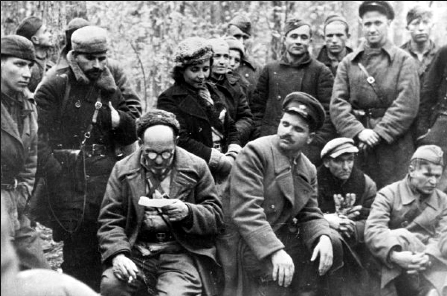 Сидор Ковпак и Семен Руднев и бойцы партизанского отряда
