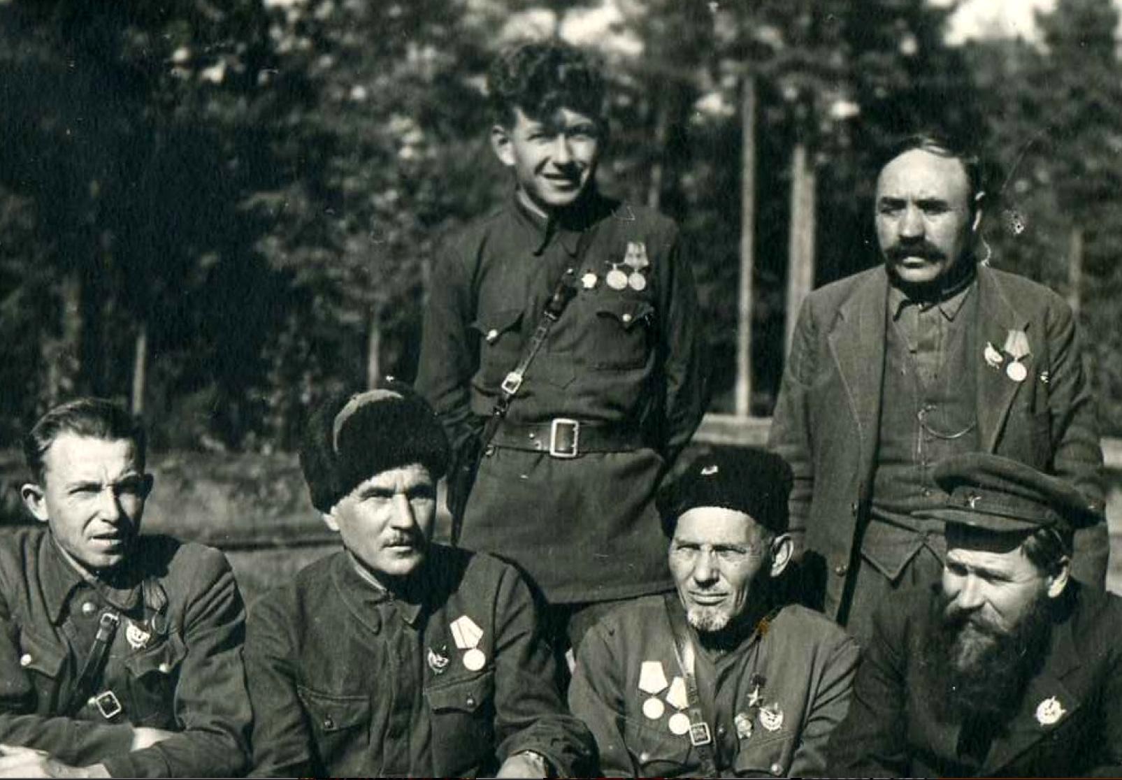 Сидор Ковпак с бойцами2