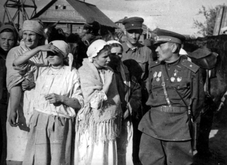 Сидор Ковпак в деревне с народом