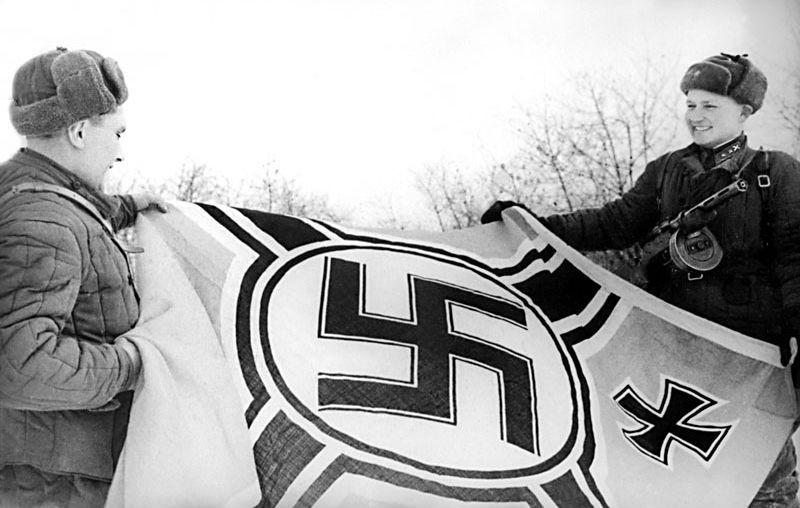 sovetskie-boi-tsy-rassmatrivayut-trofei-elninskogo-srazheniya-oktyabr-1941-goda