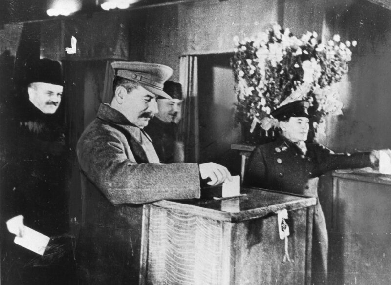 Выборы в СОВЕТЫ - были настоящими народными выборами! Сталин отдает свой голос на выборах 1937 года Сталин голосует