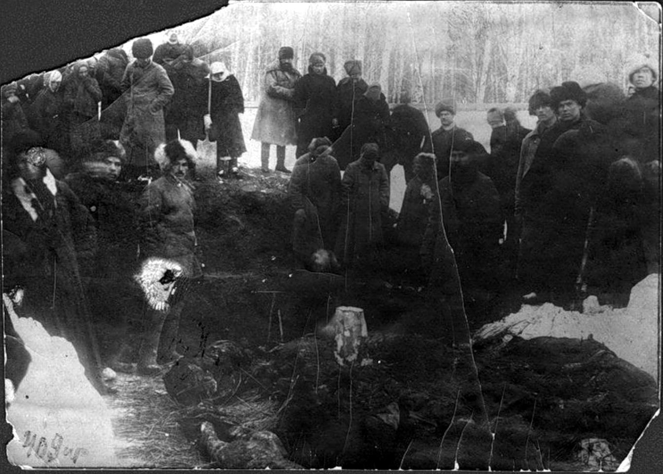 raskopki-mogily-v-kotoroi-pogrebeny-zhertvy-kolchakovskih-repressii-marta-1919-goda-tomsk-1920-g-png