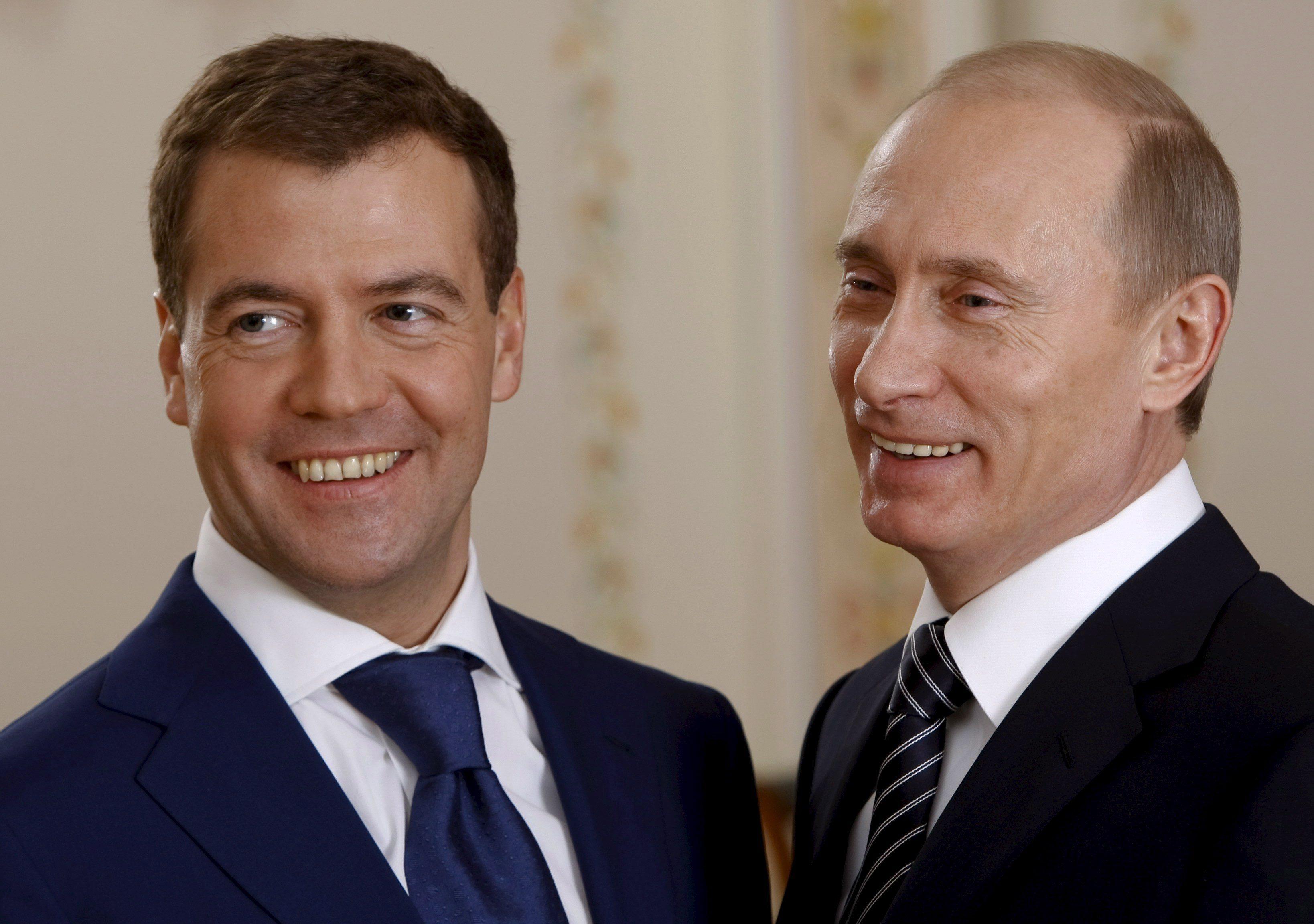 путин и медведев улыбаются