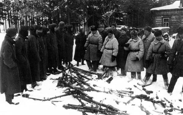 sovetskie-ofitsery-osmatrivayut-trofei-noe-oruzhie-pered-stroem-plennyh-nemetskih-soldat-bitva-za-moskvu