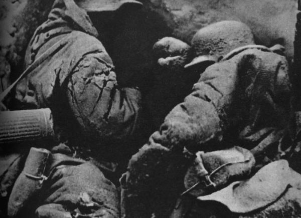 zamerzayushhie-v-snegah-pod-moskvoi-nemetskie-soldaty