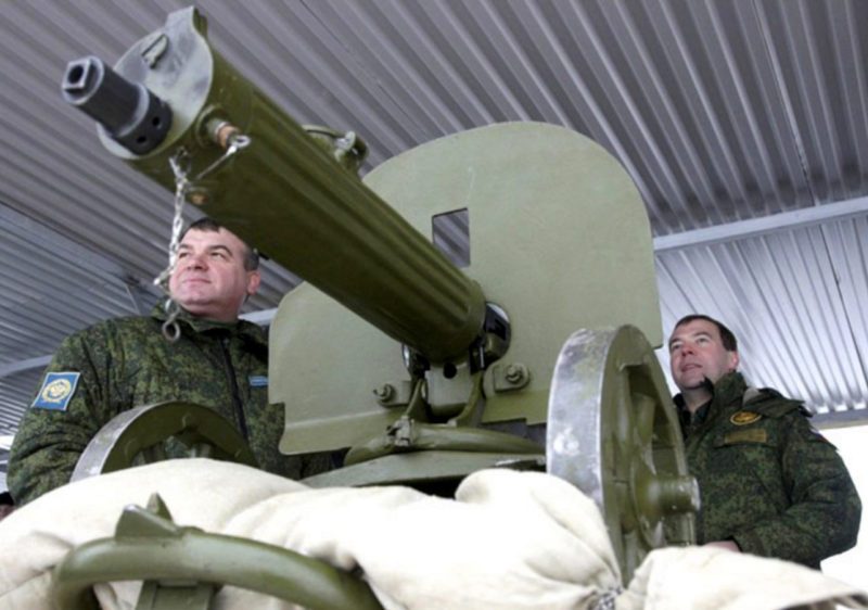 Медведев и Сердюков у пулемета